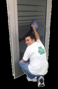 Ein Mitarbeiter beim Putzen einer Bürotür