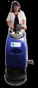 Eine ecoclean-Mitarbeiterin mit einer Wischmaschine